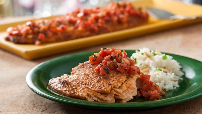 Dégustez une sélection de plats exotiques délicieux au Tusker House Restaurant, tels que le saumon mariné au pili-pili cuit au four