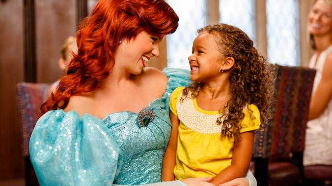 Ariel le sonríe a una niña