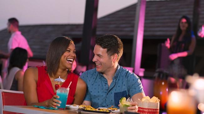 Una pareja disfruta cócteles en Paradiso37