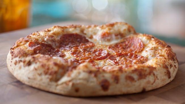 Una pizza de pepperoni tamaño individual