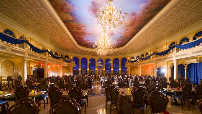 Intérieur de la grande salle de bal du restaurant Be Our Guest dans le New Fantasyland du parc Magic Kingdom