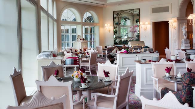 Disposition des tables pour le thé dans le salon de thé Garden View au Disney's Grand Floridian Resort & Spa