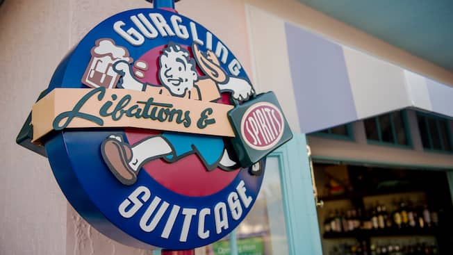 El letrero exterior de Gurgling Suitcase Libations & Spirits en Disney Old Key West Resort