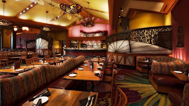 Banquetas e mesas com divisórias, e cadeiras do salão de jantar no Kona Café