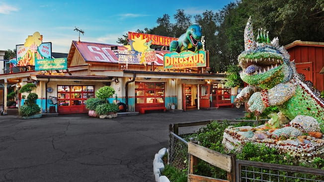 Sculpture de dinosaure et devanture de Chester & Hester's Dinosaur Treasures au parc Disney's Animal Kingdom