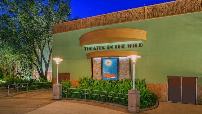 Acima de um cartaz de Finding Nemo the Musical, uma marquise com letras em Art déco identifica o Theater in the Wild