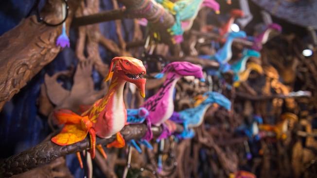 Banshees de brinquedo em exposição dentro da loja Windtraders, localizada em Pandora – The World of Avatar