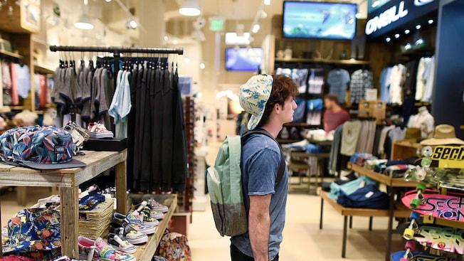 Menino com chapéu e mochila confere o equipamento na Curl by Sammy Duvall