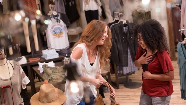Duas amigas sorrindo ao fazer compras dentro da Free People