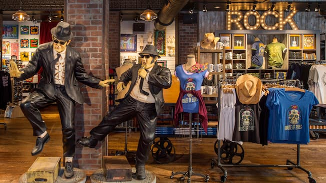 Esculturas de tamaño real de los Blues Brothers se exhiben dentro de la tienda House of Blues Company