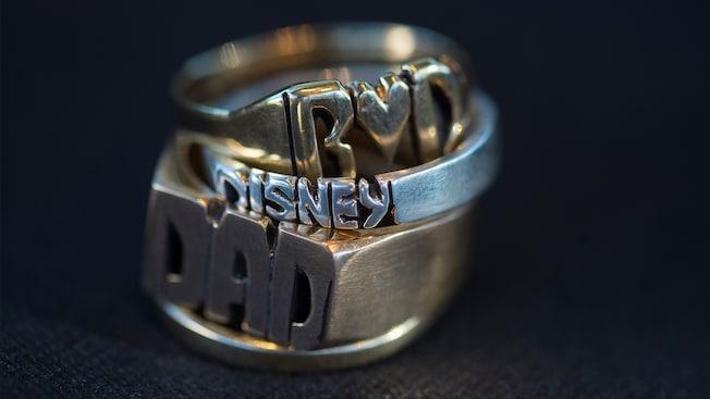 Una pila de anillos personalizados en exhibición en el carrito Initial Rings, en Disney Springs