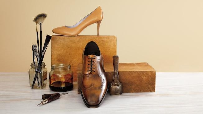 Calzado de tacón alto para mujer de Johnston and Murphy y calzado oxford para hombre en exhibición entre herramientas de zapatero