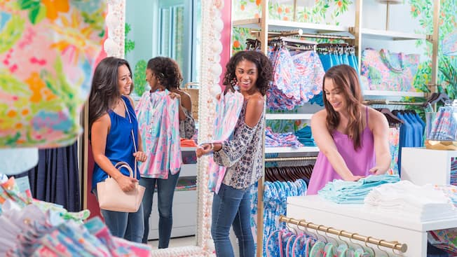 Tres amigas jóvenes compran dentro de la boutique Lilly Pulitzer