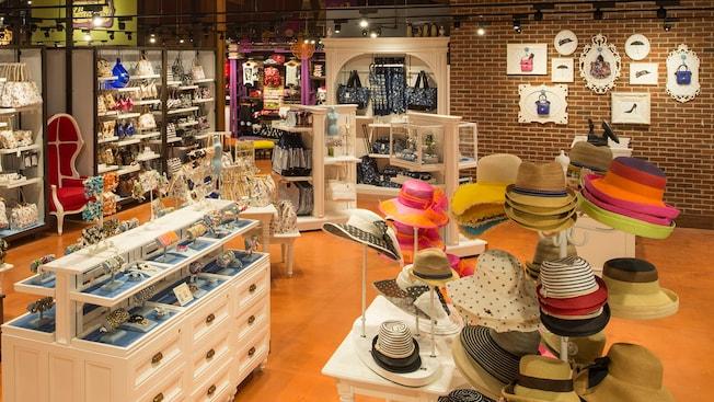 Uma boutique de acessórios exibe chapéus, joias e bolsas para mulheres