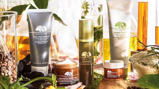 Una exhibición de productos cosméticos para el rostro Origins entre las plantas