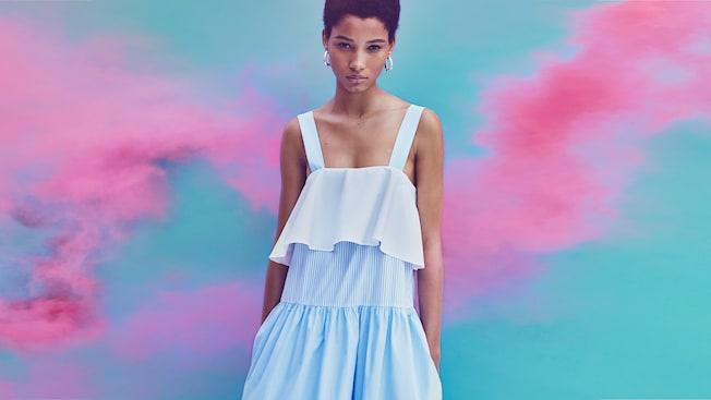 Una mujer modela un vestido sin mangas con pliegues en capas