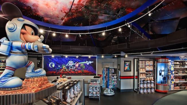 A estátua e a mercadoria do Mickey Astronauta na Mission Space Cargo Bay no Epcot