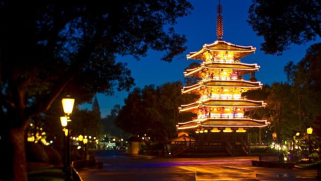 Une pagode illuminée éclaire un trottoir au pavillon du Japon lors d'une ravissante soirée à Epcot