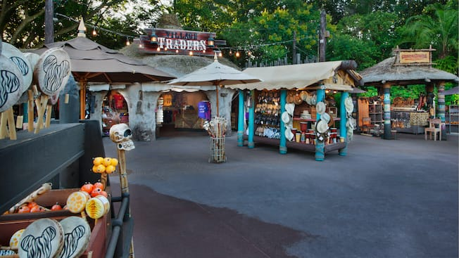 Village Traders y los kioscos que lo rodean en The Outpost en Epcot World Showcase