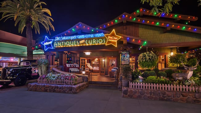 La tienda Sid Cahuenga's One-of-a-Kind en Disney's Hollywood Studios, iluminada por la noche