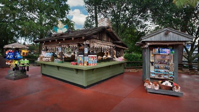 El puesto Big Al's en Frontierland con exhibiciones de varios productos con temática de Disney