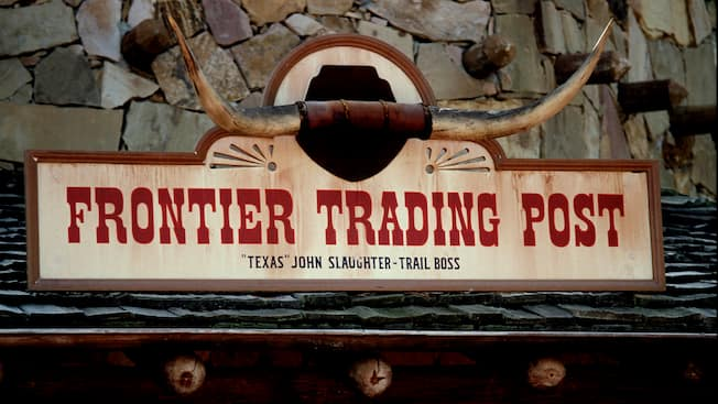 Primer plano del letrero de Frontier Trading Post en Frontierland en Magic Kingdom