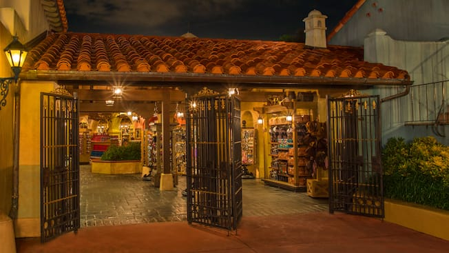 La fachada estilo caribeño de Pirates Bazaar, una tienda con temática de piratas en Magic Kingdom