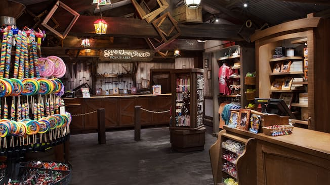 Doces e outros produtos dentro da Splash Mountain Shop no Magic Kingdom Park