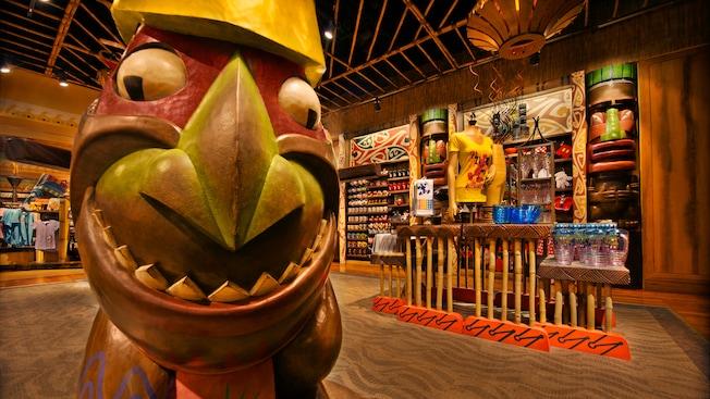 Estátua Tiki e outros produtos expostos na Bou-Tiki Merchandise Shop, no Disney's Polynesian Resort
