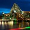 Vista de Walt Disney World Dolphin Hotel desde Crescent Lake a la noche