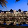 Disney's Old Key West Resort desde el otro lado de las aguas, iluminado por la noche