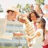 Un miembro del elenco le da la mano a una niña afuera de Disney's Grand Floridian Resort & Spa