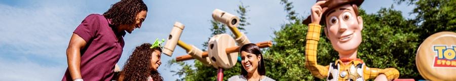 Una familia de 4 personas camina por Toy Story Land en Disney's Hollywood Studios