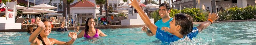 Una familia de 4personas juegan en la piscina en Disney's Grand Floridian Resort & Spa