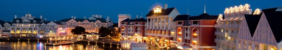 Disney's BoardWalk iluminado por la noche