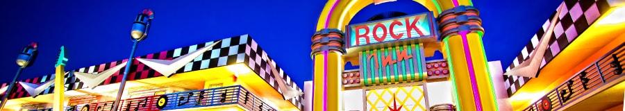 L'extérieur illuminé du Disney's All Star Music Resort
