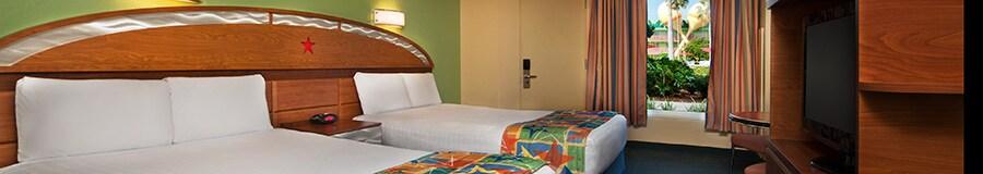 2 camas dobles que comparten una cabecera de madera