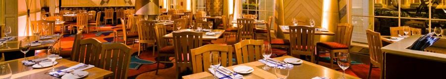 Um bar com serviço completo e área de refeições do Flying Fish Café