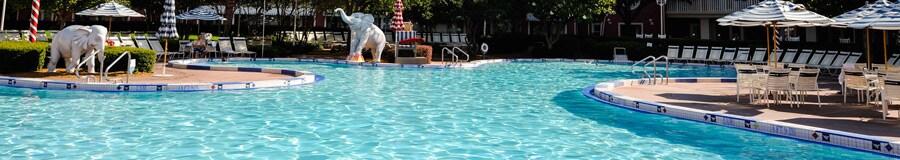 A Luna Park Pool apresenta fontes em formato de elefantes que molham os nadadores