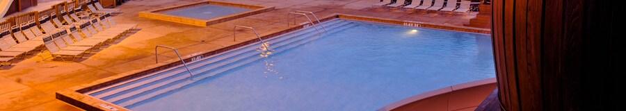 La piscine Meadow Swimmin' Hole avec une glissade d'eau et un spa bien chaud