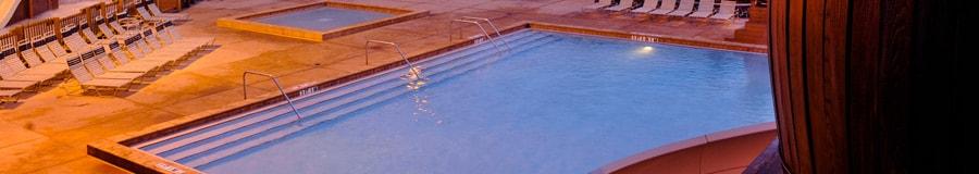 Piscina Meadow Swimmin' Hole con un tobogán de agua y jacuzzi