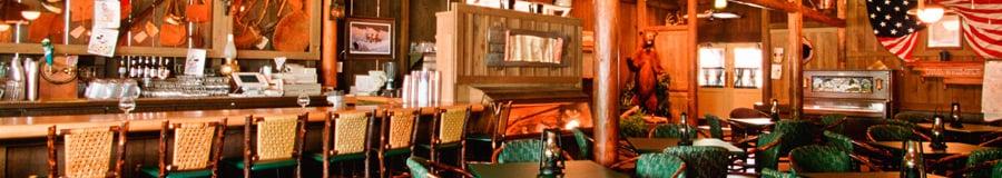 Crockett'sTavern avec un bar offrant un service complet et une salle à manger