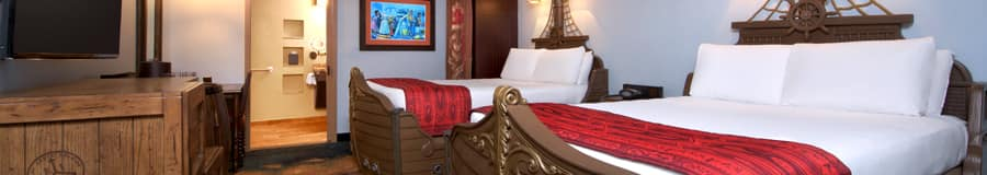 Quarto decorado com tema de piratas e camas em forma de navios no Disney's Caribbean Beach Resort