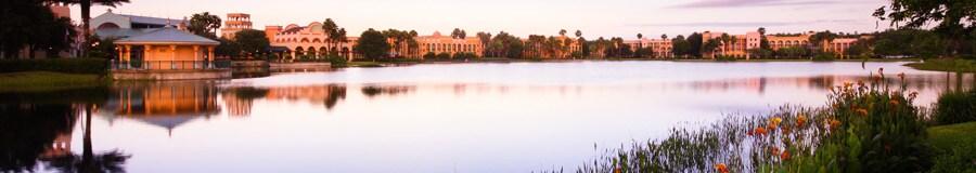 Disney's Coronado Springs Resort visto desde el Lago Dorado