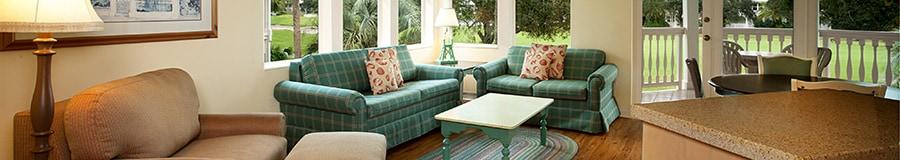 Un área con sala de estar junto a un patio extenso