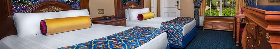 2 camas dobles con respaldares decorados de madera