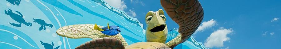 Gran escultura de Crush y Dory en Finding Nemo Courtyard de Disney's Art of Animation Resort
