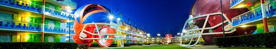 El patio iluminado con temática de fútbol del Disney's All Star Sports Resort muestra un casco gigante