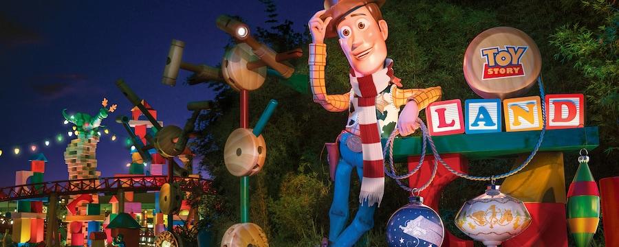 A entrada da Toy Story Land revela um boneco do Sheriff Woody em tamanho gigante