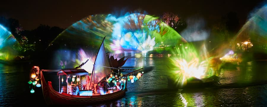El espectáculo Rivers of Light, con un barco mercante con decoración asiática y faroles